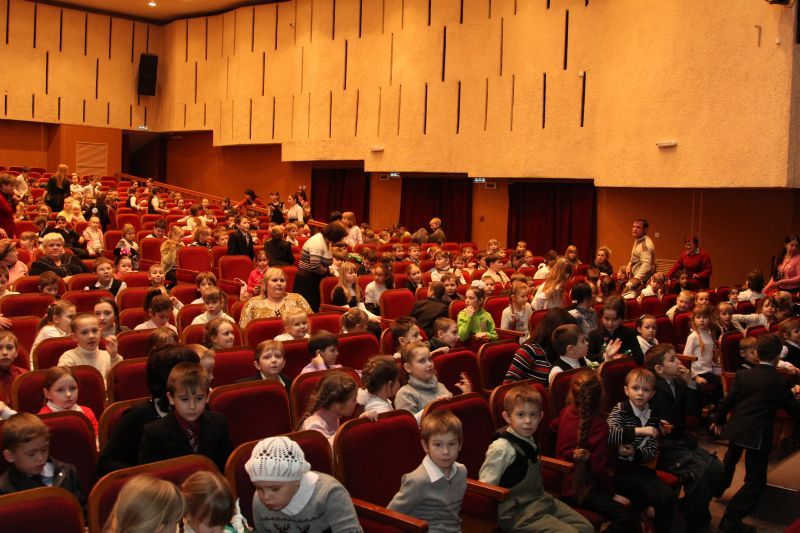 Юные зрители перед спектаклем